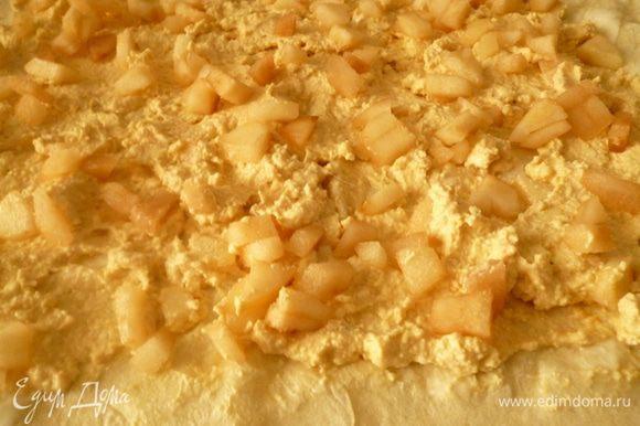Выкладываем слой творожной массы, затем слой груш.