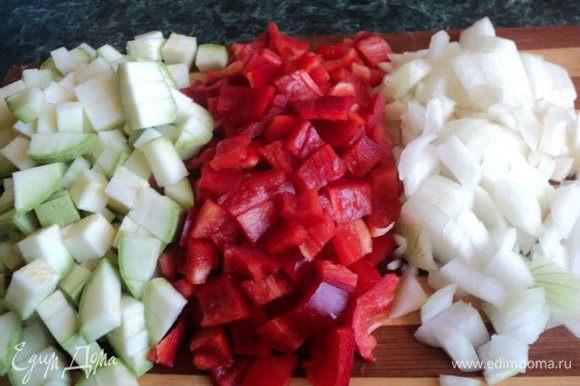 Лук и чеснок мелко порезать, перец и кабачок порезать кубиками.