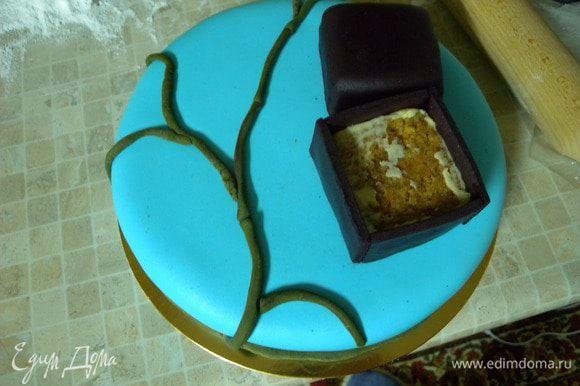 Обтянуть сам торт мастикой. Сделать веточки под сакуру и уложить коробочку под кольцо.
