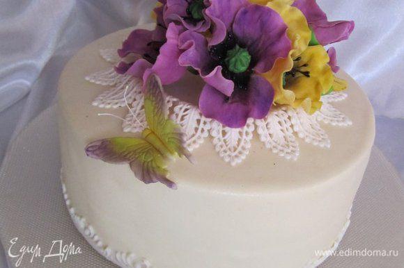 Украсить по желанию. В моем варианте торт покрыт мастикой на белом шоколаде и украшен сахарными цветами.