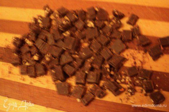 Шоколад порезать маленькими кусочками.
