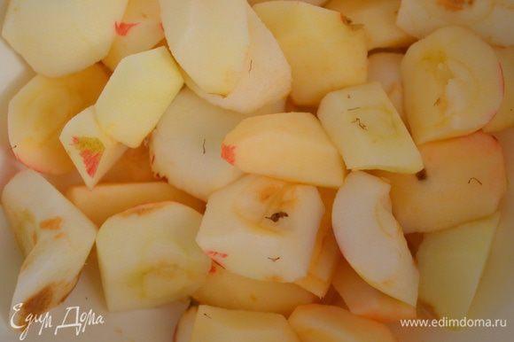 Для начинки: яблоки помыть, почистить, разрезать на четвертинки и вырезать сердцевину. 6 или 7 кусочков (самых ровных) оставить для украшения.