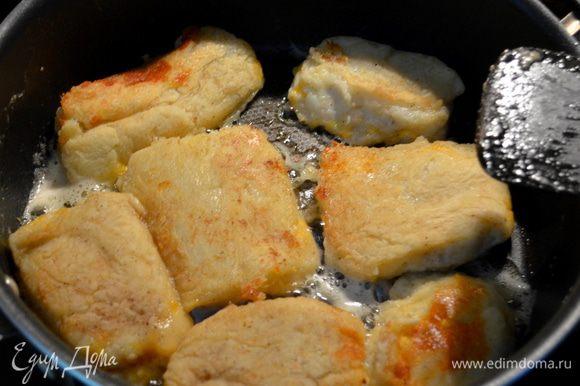На разогретую сковороду ,растопив слив.масло выкладываем наши сконы и жарим по каждой стороне 3-4мин