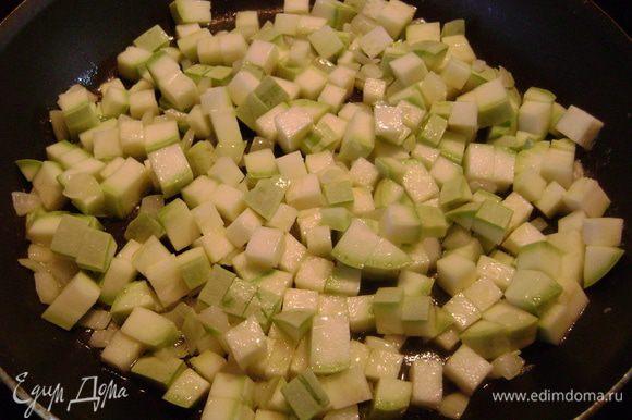 Положить кабачок, нарезанный мелким кубиком, и готовить ещё 5 мин.