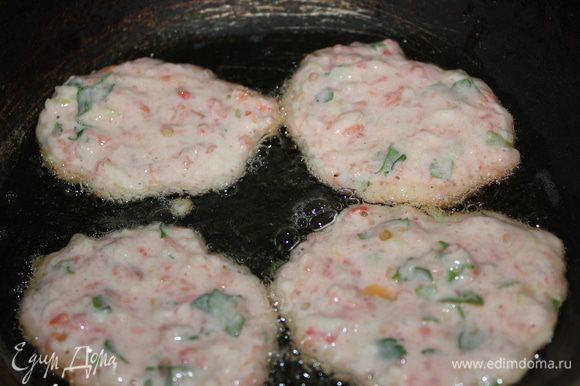 Оладушки обжаривать на хорошо разогретой сковороде на растительном масле с двух сторон до золотистого цвета.