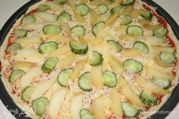 Отварной картофель очистить от кожуры, нарезать тонкими ломтиками...огурец нарезать тонкими полукольцами...разложить картофель и огурец по всей поверхности