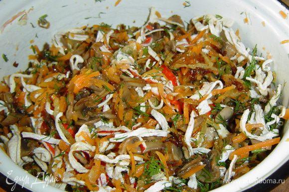 Соединяем грибы, лук, крабовые палочки, к ним добавляем отварную морковь, натертую на крупной терке, и мелко нарубленный укроп, все перемешиваем, а затем заправляем оливковым маслом и еще раз перемешиваем.