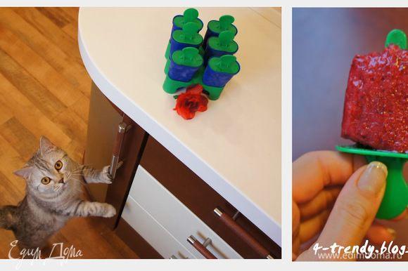 Затем разливаем ее по заранее подготовленным пластиковым формам (мои из IKEA) и ставим в морозилку на 2-4 часа или на ночь.