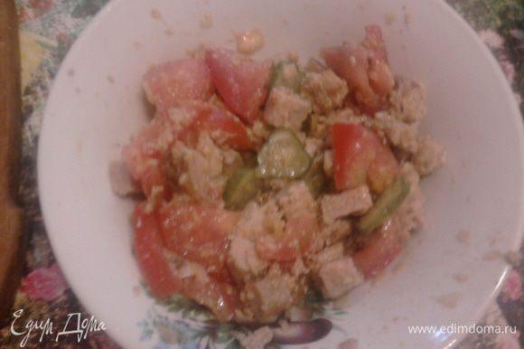 Также режим помидор, огурец, соединяем все вместе с луком, солим, перчим по вкусу.