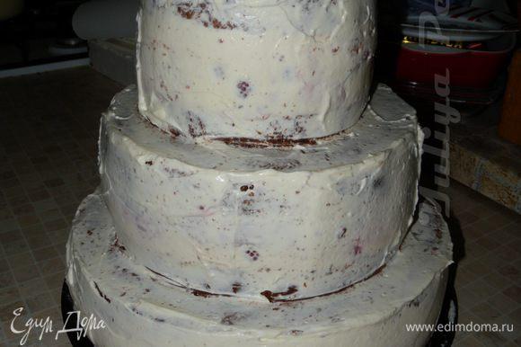 Взбить сливки с сахарной пудрой и немного покрыть торт.