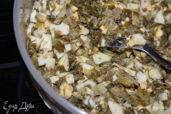 Яйца отварить и мелко нарезать. Смешать яйца с зеленью.