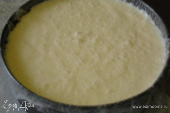 Вылить крем в форму. Накрыть крышкой или пленкой и поставить в морозильную камеру охлаждаться часа на 4 (лучше на ночь)