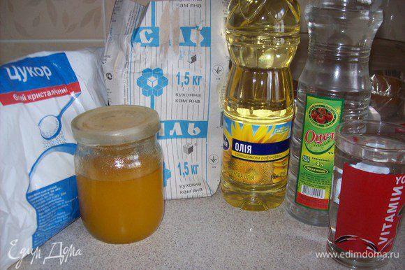 все ингредиенты смешать в кастрюле, желательно с толстыми стенками, в следующей последовательности: вода, уксус, соль, сахар/мёд, масло