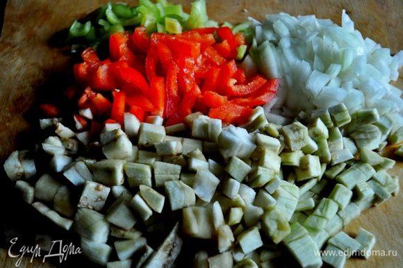 Перец и лук очистить, нарезать кубиками, картофель очистить, нарезать кубиками или соломкой, помидоры вымыть, нарезать произвольно, баклажаны вымыть, очистить, нарезать кубиками.