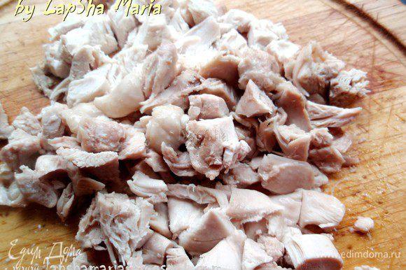 Курицу из бульона нарежем на кусочки и добавим к супу.