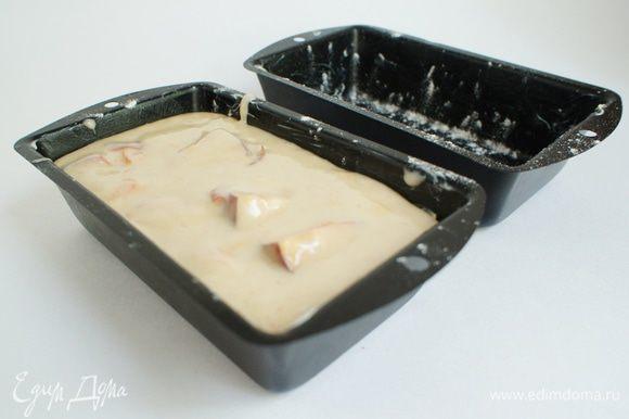 Тесто выложить в смазанные сливочным маслом и припудренные мукой формочки.