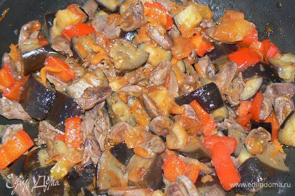 слегка все обжарить,томатную пасту, посолить, поперчить, перемешать, жарить ещё 10 минут.