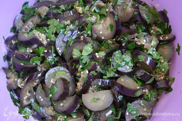 Перемешать баклажаны с зеленью и чесноком. Дать настояться и можно есть. Хранить в холодильнике. Приятного аппетита!!!