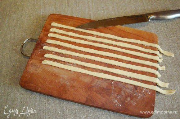 Тесто нарезать полосками. Любую огнеупорную форму, которую можно поставить в духовку, перевернуть вверх дном и смазать растительным маслом.