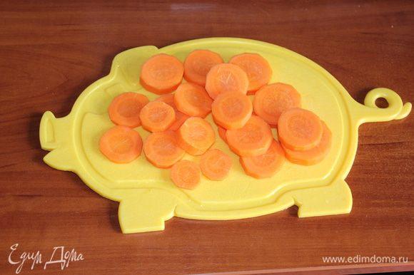 Морковь помыть, почистить, порезать кружочками.