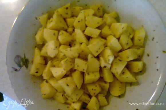 Картофель почистить и нарезать средними кубиками. Добавить к нему приправы и соль по вкусу. Я использую чеснок тертый, базилик, розмарин. Подойдут абсолютные любые,а можно и просто только посолить.