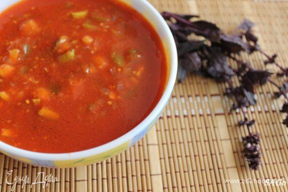 Минут 5 даём настояться соусу при выключенной плите, убираем веточку базилика (своё дело она уже сделала), разминаем в соусе зубчики чеснока (не забыли про них?), добавляем порезанные овощи. оливковое масло и бальзамик по желанию. У меня любят пряные соусы, так что я добавила:) Смешиваем, подаём к столу. С мясом, с рыбой, с чем угодно!:)