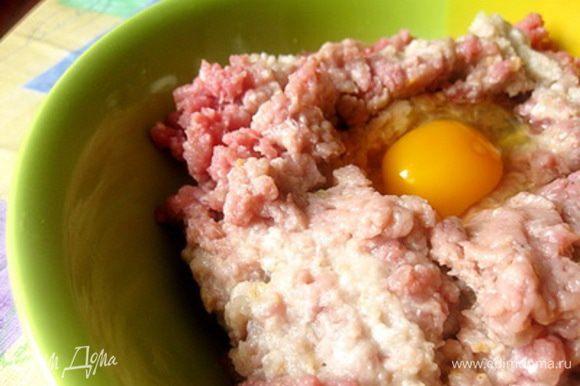 Для приготовления фарша. Хлеб замочить в молоке или воде и затем слегка отжать. Лук очистить. Перекрутить на мясорубке телятину, хлеб и репчатый. Добавить яйцо, соль и перец. Тщательно вымешать фарш.