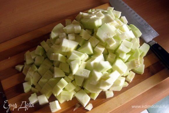 Когда овощи станут немного мягче, добавить нарезанный кубиками кабачок.