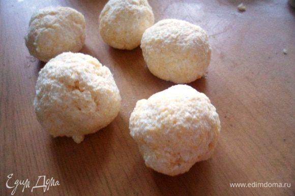 Скатать из творожно-сырной массы шарики