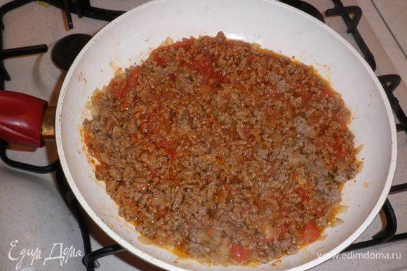 К обжаренному фаршу вливаем соус SACLA Originale con basilico, перемешиваем и все вместе тушим при закрытой крышке в течение 20 мин.