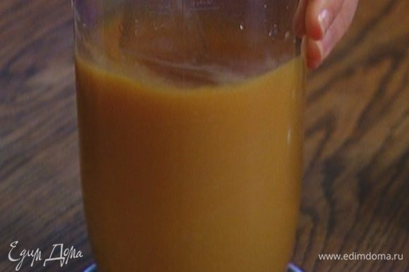 Приготовить тесто: яйца с сахаром взбивать миксером, пока сахар не растворится.