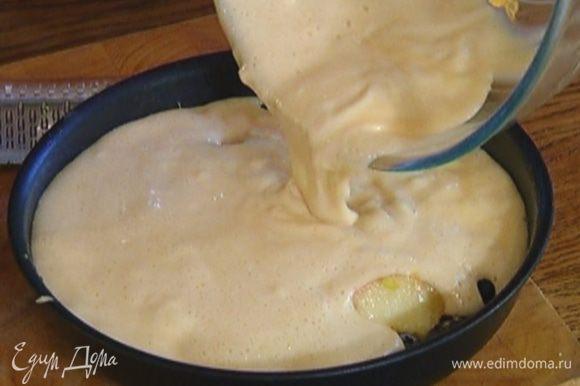 На дно формы для выпечки выложить голубику, персики, добавить лимонную цедру и выложить сверху тесто.