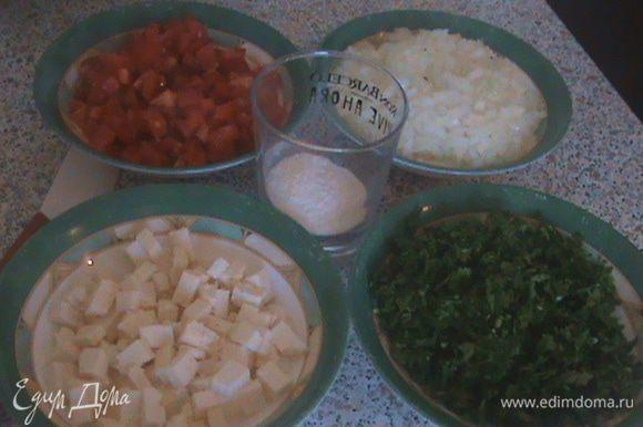 Подготовим все продукты: Зелень и лук мелко нарезать. Помидоры и брынзу нарезать кубиками.