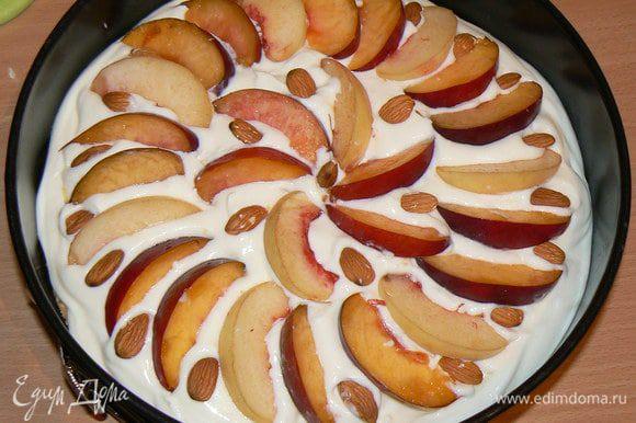 Сверху разложить дольки персиков и посыпать орехами. Поставить персиковый пирог в духовку на 45-50 минут при 170 градусах