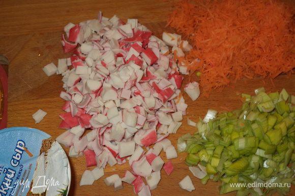 Готовим начинку: порежем крабовые палочки,лук-порей,морковь натрем на мелкой терке (не в пюре!)