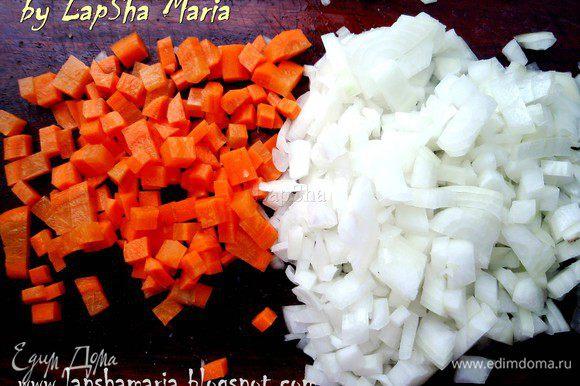 Лук и морковь нарезать на крупные кубики, чеснок раздавить и мелко порубить.