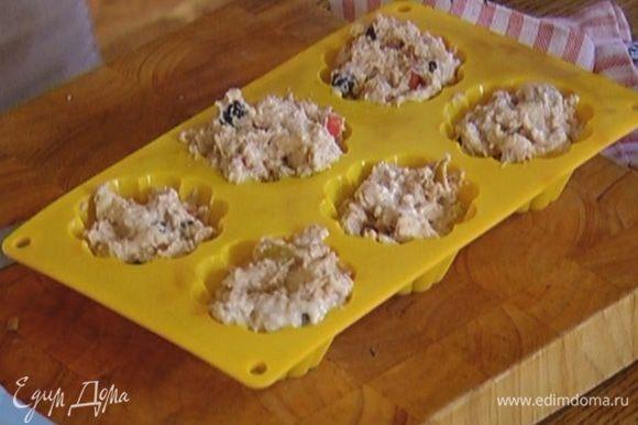 Формы для маффинов смазать оставшимся маслом и выложить тесто, заполняя формы на 2/3 объема.