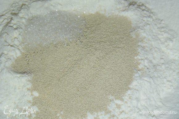 В миску насыпаем 100 г просеянной муки, к ней добавляем ложку сахара и сухие дрожжи.