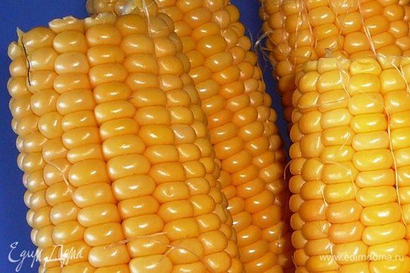 Кукурузу очистить от листьев и волосков. вымыть и обсушить.