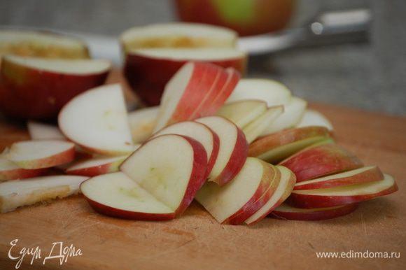 Яблоки нарезать тонкими дольками.
