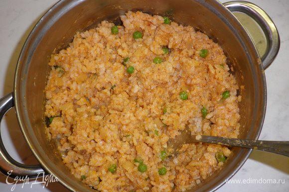 Смешать полученный соус с рисом и натертым сыром.