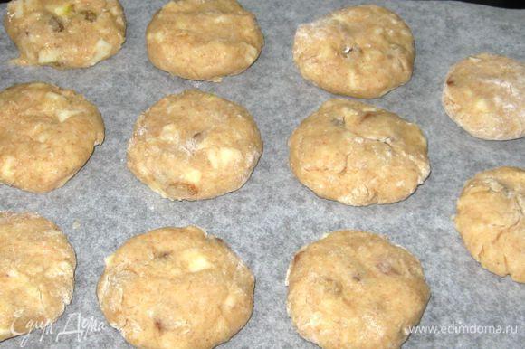 Скатать из теста небольшие шарики (размером с грецкий орех), сформировать печенье. Выложить на противень, выстланный бумагой для выпечки, с расстоянием между печеньями 4 -5 см.