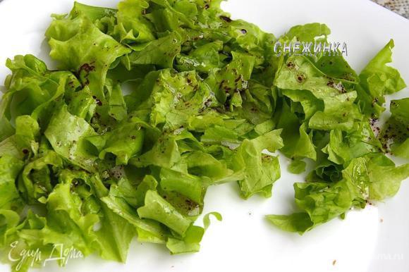 Листья салат рвём руками на блюдо. Поливаем заправкой.