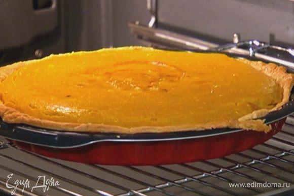 Отправить пирог в духовку еще на 25–30 минут.