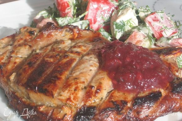 Для соуса: все ингредиенты измельчить (можно через мясорубку, либо в блендере). Готовое мясо полить сливовым соусом и подавать с овощами. Сладковато-острый соус из слив как нельзя кстати подходит к свинине! Приятного аппетита!