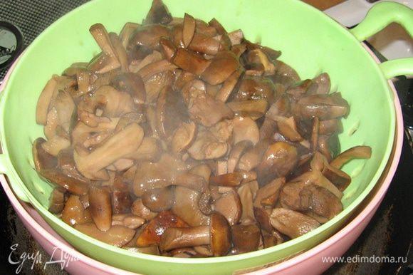 Затем грибочки откидываем на сито и приступаем к маринаду. В принципе, закатать грибы можно и на следующий день...