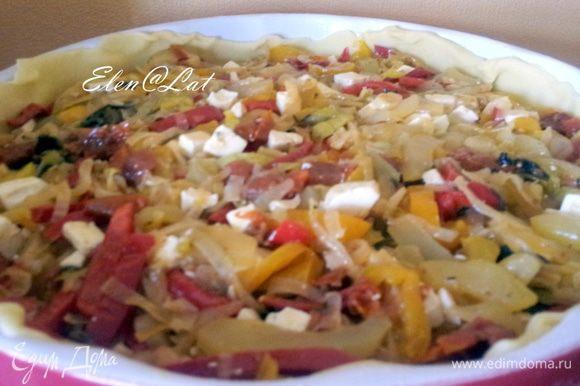 На тесто выложить овощную начинку.