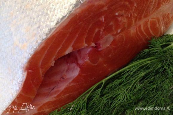 Кусок рыбы режем на порционные части.