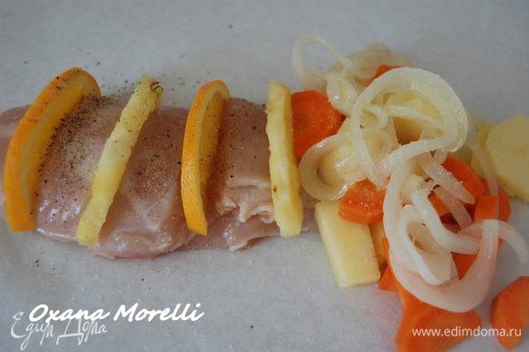 По краям выложить лук и морковь, порезанные полукольцами, присыпать солью и перцем, полить небольшим количеством оливкового масла.