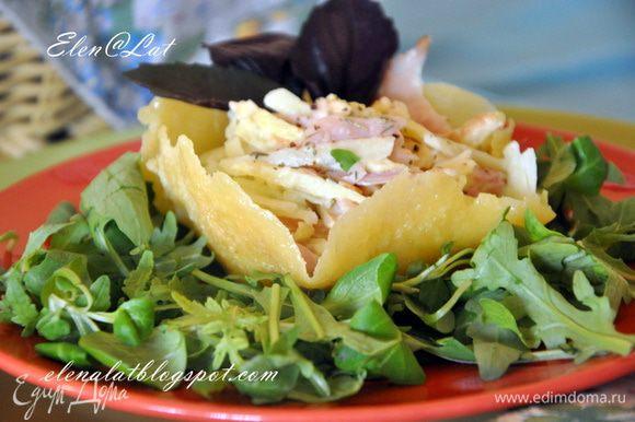 Сегодня я в них упаковала итальянский салат. Итак: корзиночки поставить на подушку из листьев салата (у меня микс) и украсить листиками базилика. Приятного аппетита!!!!!!!!